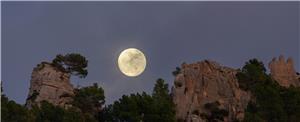 Lluna abraçant el castell d'Alaró