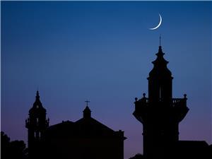 La lluna sobre les siluetes.